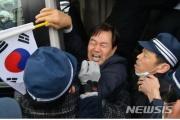 「警察700人に囲まれ、右翼団体1000人から悪口と脅しを受けた」…「竹島の日」に抗議したソウル市議を連行