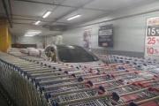 【社会】コストコのシャッターに車が突っ込み店内を物色。県警が窃盗事件として捜査。北九州市八幡西区
