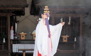 「巫女による湯神楽の神事」