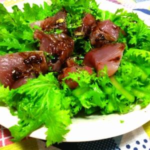 マグロとワサビ菜のサラダ ニンニクビネガー