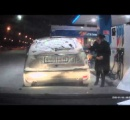 【動画】 セルフスタンドで、ガソリンがどの辺まで給油されたか確認するためにライターで給油口を照らした結果