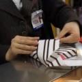 不器用な毛唐どもが日本の店員がする贈り物のラッピング技術にビビる