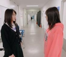 『鞘師里保と佐藤優樹が見つめ合いそして抱擁』の画像