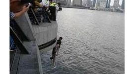 【中国】川に飛び込んだ女性救出の外国人男性、戻ったら荷物がない! 「恥知らずな本性」「だから馬鹿にされる」