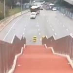 【動画】中国、何これ?車道の真ん中に歩道橋の階段が出現!どうしてこうなった…!?