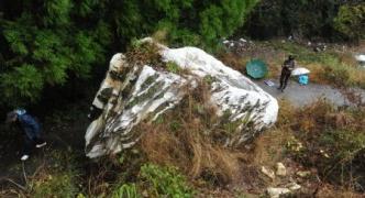 熊本地震で崩落した巨岩(3.2m×12m)がヤフオクに出品される。落札者が道を通れるようにすることが条件