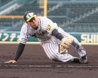 満塁弾の阪神・佐藤輝 初の三塁守備でも魅せた!逆シングルから強肩ノーバウンド送球