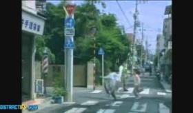 【日本のCM】   日本は なんで頭がおかしいの?  母親と娘がスーパーに行くまでの30秒のCMが やばすぎるわ・・・・。   海外の反応