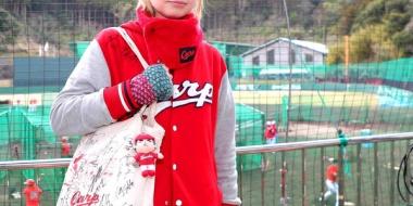 【朗報】英国から来た重病のカープ女子ルイーズ「野球の応援、すごく楽しいんだなって。サッカーの応援は怖いwwwwww」