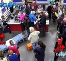 スーパーで会計中の女性が急に陣痛 → 仕方なくレジで産むことに