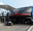 【詐欺】道路をまたぐように走行する中国の超大型バス 試験走行日以来放置中 地方政府の許可もなし
