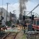 【悲報】京急線で事故、トラックが電車と衝突し火災!