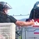 【動画】中国、トラックの積荷にはしっかりカバーを被せないとこうなります~!w