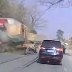 【動画】中国、トラックがトレーラーに衝突!さらに2台の乗用車も巻き込んで! [海外]