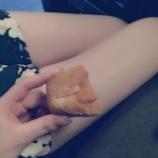 『【乃木坂46】脚テロ発生!衛藤美彩の美脚が2期生二人の755に映り込むwwww』の画像