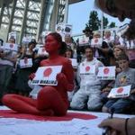 英国で猛烈な反捕鯨デモ!「東京五輪ボイコットせよ!」
