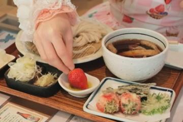 【困惑】海外「味が想像できないよ」日本料理として「苺かけうどん」が海外に紹介される