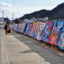 室積海岸で大量の大漁旗展示