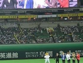 韓流グループが日本プロ野球の始球式で勝手に追悼式wwwww
