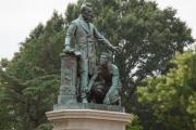 解放された黒人奴隷の寄付で建てられたリンカーン像、現在の黒人たちの怒りを買い破壊される寸前