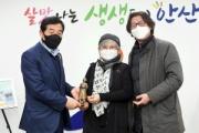 少女像の原作者、安山市に立った平和の少女像のミニチュアを寄贈