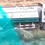 【動画】中国、毎度お馴染みの「中国式緑化」、今回はタンク車から液体をぶっかけ~!