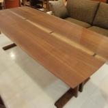 『SWINGの真鋳楔入りのブラックウォールナット材のダイニングテーブル』の画像
