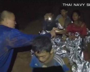 【タイ洞窟13人】救出中の少年ら、歩いて出口に向かう