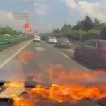 【動画】中国、運転中にスマホが突然爆発!女性ドライバーが「キャーキャー」大慌て! [海外]