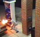 ガソリンスタンドで給油中の男性、クモを殺そうと給油口に着火→大炎上(画像あり)