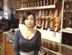 加護亜依さん胸を露出して謎のお店で写真を撮られる
