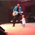 【動画】 パパのコンサートに乱入して主役の座を奪う赤ちゃん