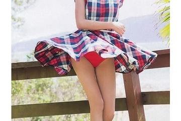 小島瑠璃子さんスカートがめくれてパンツが丸見えに