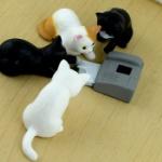 プリンターで遊ぶ子猫がフィギュアになってガチャに登場!「猫とプリンター」