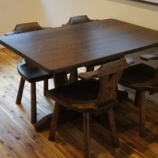 『楢と栗のテーブルと椅子・縄文土器』の画像