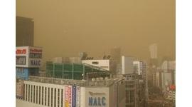 東京の空が黄色く濁ってネット上が騒然…原因は黄砂ではなく「煙霧」