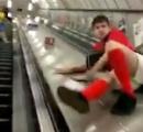 【動画】エスカレーターの上りと下りの間を滑り下りようとした酔っ払い