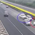 【動画】中国、自分のせいで追突事故が起こっているのに完全無視して立ち去る車~!