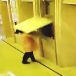【動画】中国、エレベーター横の壁に寄りかかっていたおばさん、突然、壁が崩壊~!