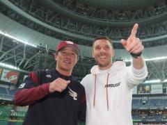 神戸・ポドルスキさん、プロ野球・楽天のベンチに現る!