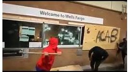 【米国暴動】黒人デモ隊がハンマーで銀行襲撃、窓ガラス破壊して内部に殺到wwwww