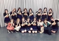 【乃木坂46】全員で決めポーズ!!あれ?何か混ざってる?www