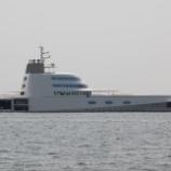 『A [フィリップ・スタルクがデザインしたモーターヨット] 南芦屋浜沖に停泊』の画像