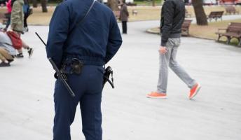 なんで日本の警察官って特殊部隊を除いて拳銃だけなの?
