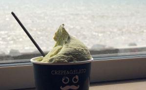 海を眺めながら食べるジェラート