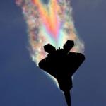 F-22ラプターがレインボーをまとって飛行する、幻想的な写真が話題に【海外の反応】