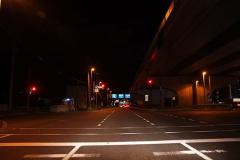 信号にひっかかった時は、Nにギアを入れ、サイドを引き、ブレーキから足を離してライトを消します