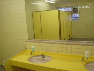 日本の公立学校のトイレ事情がこちら→「日本とロシアの比較をするべきだ」「子どもたちが自分で掃除をしてくれるのが嬉しいですね」海外の反応