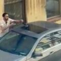 1羽の鳥が車の上にいた。男がそっと抱えてどかそうとする → ファッ!?…