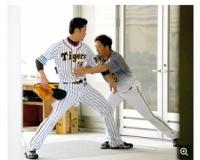 【ネタ】藤川球児さん、チームメイトにグラブを取られる